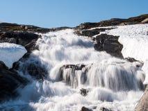 Река плавя снега бежать вниз от горы Стоковая Фотография