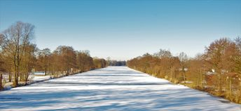 Река покрытое с льдом и снегом Стоковое фото RF