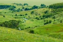 Река потока пропускает на зеленом участке земли Стоковое Изображение RF