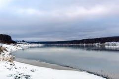 Река подготавливает на зима Стоковое Фото