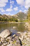 Река под голубым небом и облаками Стоковое Изображение RF