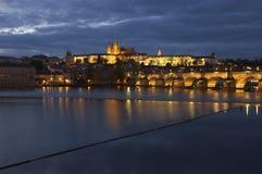 Река Праги, Влтавы, Карлов мост и замок Праги - изображение ночи Стоковые Изображения RF