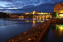 Река Праги, Влтавы, Карлов мост и замок Праги - изображение ночи Стоковые Изображения