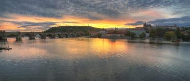 Река Праги, Влтавы, Карлов мост и замок Праги Стоковые Изображения