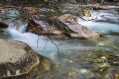 Река пропускает в долине Стоковые Фотографии RF