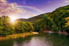 Река пропускает скалистым берегом около леса горы осени Стоковая Фотография RF