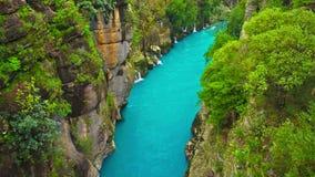 Река пропуская между каньоном и лесом Manavgat, Антальей, Турцией Голубое река Сплавлять туризм акции видеоматериалы