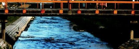 Река пропуская через город стоковые изображения rf