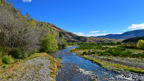 Река пропуская через сценарную долину осадка в Новой Зеландии Стоковое фото RF