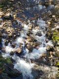 Река пропуская через утесы стоковое изображение rf