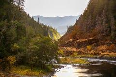 Река румян около холма глины в южном Орегоне стоковое фото rf