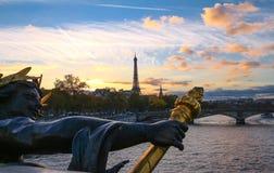 Река Сена и увиденное Эйфелева башней pont Александр III Стоковая Фотография RF