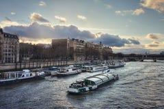 Река Сена и quai Anatole Франция на заходе солнца Стоковые Изображения RF