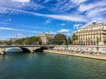 Река Сена, с зданиями и праздничными зонтиками, на солнечный летний день Стоковые Изображения