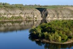 Река среди холмов стоковая фотография