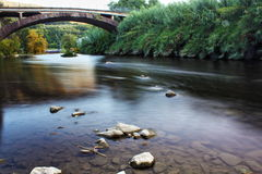 Река с камнями и brige Стоковое Изображение