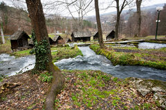 Река с построенными водяными мельницами Стоковое Изображение