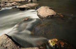 Река с утесами и малыми водопадами Стоковые Изображения RF