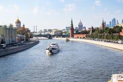 Река с Sofiyskaya и обваловками Кремля стоковые изображения rf
