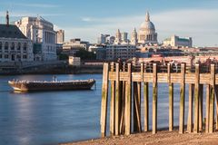 Река Темза и собор Лондон St Paul стоковые изображения rf