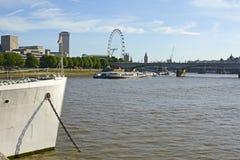 Река Темза на обваловке, Лондоне, Англии Стоковая Фотография RF