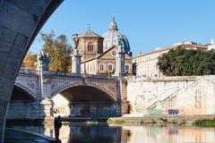 Река Тибра и мост Ponte Vittorio Emanuele II Стоковое Изображение RF