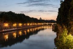 Река Тибра к ноча в Риме Стоковые Изображения RF