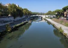 Река Тибра пропуская через Рим на своем пути к Tyrrhenian морю Стоковые Фотографии RF