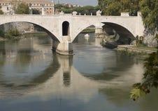 Река Тибра пропуская через Рим на своем пути к Tyrrhenian морю Стоковое Фото