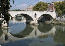 Река Тибра пропуская через Рим на своем пути к Tyrrhenian морю Стоковая Фотография RF