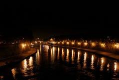 Река Тибр взгляда ночи в Риме Италии Стоковые Фото