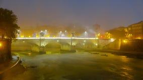 Река Тибр и свои мосты в тумане - плохая погода в вечере стоковое фото rf