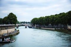 Река Тибр которое пропускает через центр города в Риме Италии Стоковое Фото