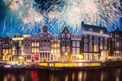 Река, традиционные старые дома и шлюпки, Амстердам стоковая фотография rf