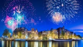 Река, традиционные старые дома и шлюпки, Амстердам стоковые изображения