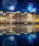 Река, традиционные старые дома и шлюпки, Амстердам стоковая фотография