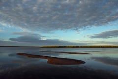Река утра спокойное и аллювий песка Стоковые Изображения