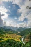 Река через долину с холмами полей риса террасных Стоковые Фотографии RF