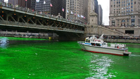 Река Чикаго покрасила зеленым цветом на день St. Patrick стоковые фотографии rf