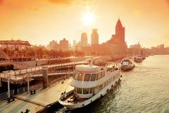Река Шанхай Huangpu с шлюпкой Стоковое фото RF
