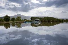 река шлюпки камбоджийское старое Стоковое фото RF
