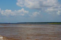 Река Amazonas, коричневое река воды не смешивает его вверх с черным рекой Оно ` s естественное явление Бразилия оно ` s тропическ стоковые изображения