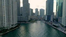 Река Brickell Майами шлюпок зданий вида с воздуха Майами и центр города сток-видео