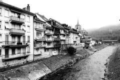 Река Broye бежать через Moudon стоковая фотография