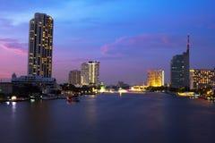 Река Chao Praya в сумерк, Бангкок Таиланд Стоковая Фотография