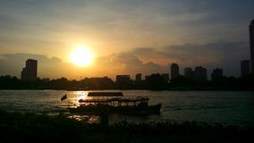 Река chaophraya силуэта захода солнца Стоковое Фото