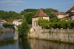 Река Dronne летом, Brantome, BrantÃ'me-en-Périgord, Дордонь, Франция стоковые фото