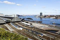 Река IJ & железнодорожный вокзал Амстердам Стоковые Изображения