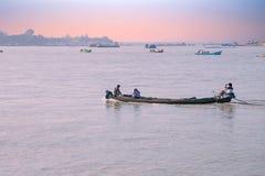 РЕКА IRRAWADY, МЬЯНМА - шлюпки на реке Irrawady в Мьянме на заходе солнца Стоковые Изображения RF