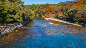 Река Isuzu на Ise Jingu Naiku (святыне Ise грандиозной - внутренняя святыня) стоковая фотография rf